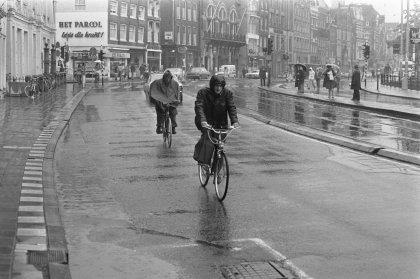 Regen_in_Amsterdam_fietsers_in_de_regen,_Bestanddeelnr_927-3046