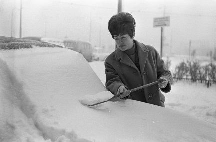 Sneeuw,_boodschappen_doen_in_Amsterdam,_een_autobezitter_maakt_met_schep_auto_sn,_Bestanddeelnr_918-7754