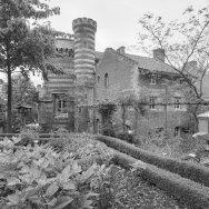 Voormalige_kasteeltuin,_hoektoren_met_kantelen,_traptoren_en_bijgebouw_-_Elsloo_-_20337487_-_RCE 1-9-2000